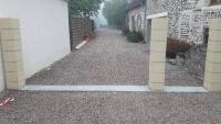 Pose d'un portail réalisée par l'entreprise Aubert Menuiserie près de Falaise