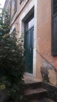 Réalisation de la pose d'une porte d'entrée en PVC sur mesure par Aubert Menuiserie
